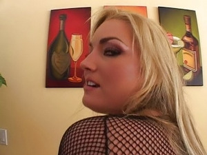 The hot blondie loves to squirt