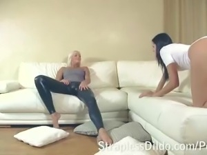Tanned blonde feeldoe-fucks a sporty bottom