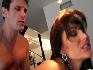 Busty MILF Lisa Ann gets down and dirty