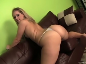 Naked curvaceous woman Briella Bounce shows off her incredibly sexy