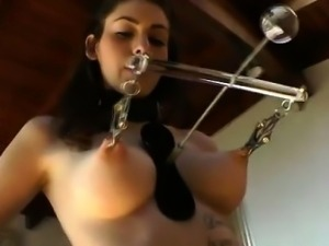 Fetish ho clamps her nipples