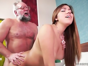 Teen gives giving oral pleasure to her horny bang buddy