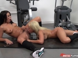 Sexy dame hairy pussy nicely ravished in the gym ffm