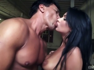 Sultry and hot brunette strumpet wants to have hardcore oral sex