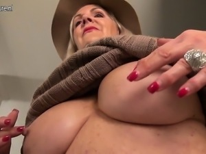 Amorous american mature mother wit Julee from dates25com